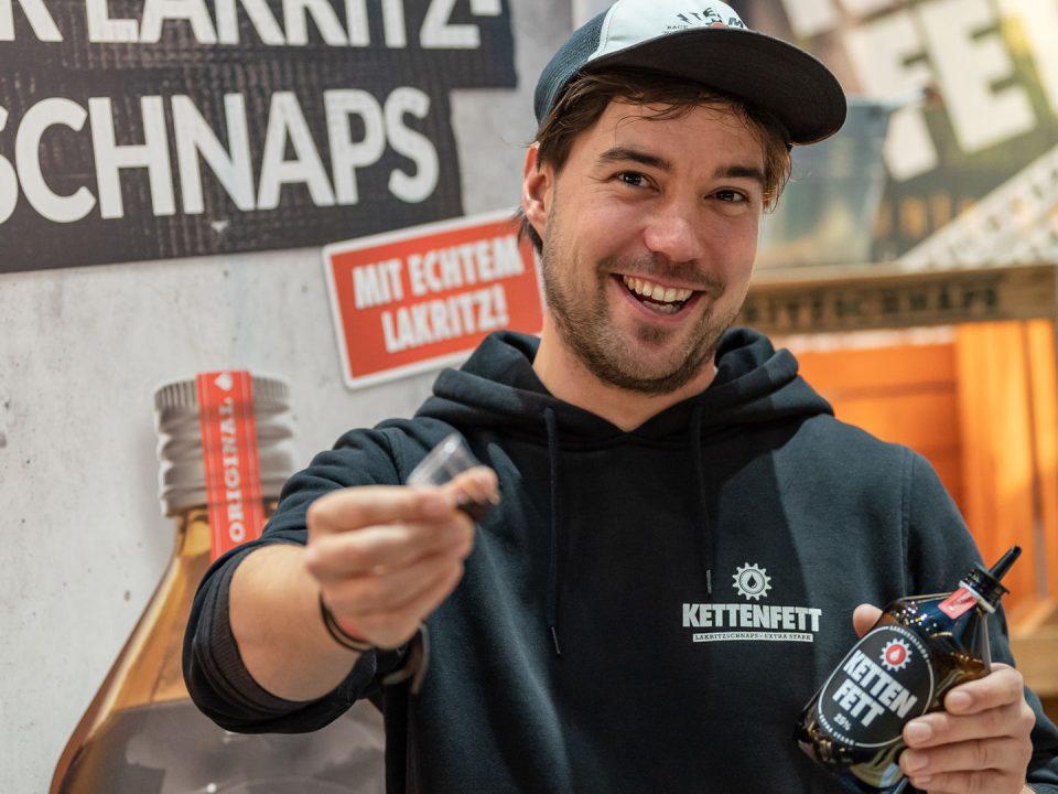 Aussteller auf der Veranstaltung FISCH FEINES praesentiert sein Produkt, einen Lakritzlikoer
